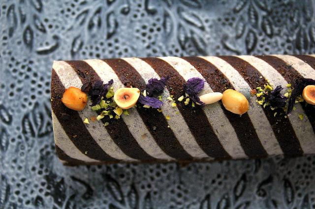 ブルーマローとナッツが鮮やか、かわいいお花のケーキ